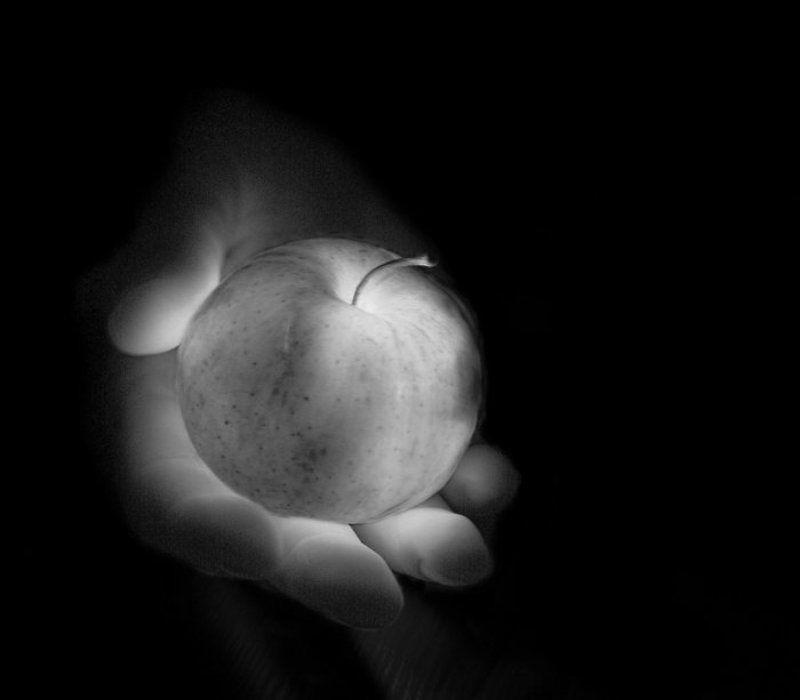 яблоко, свет, сияние, рука, жизнь, нежность, тепло ***photo preview