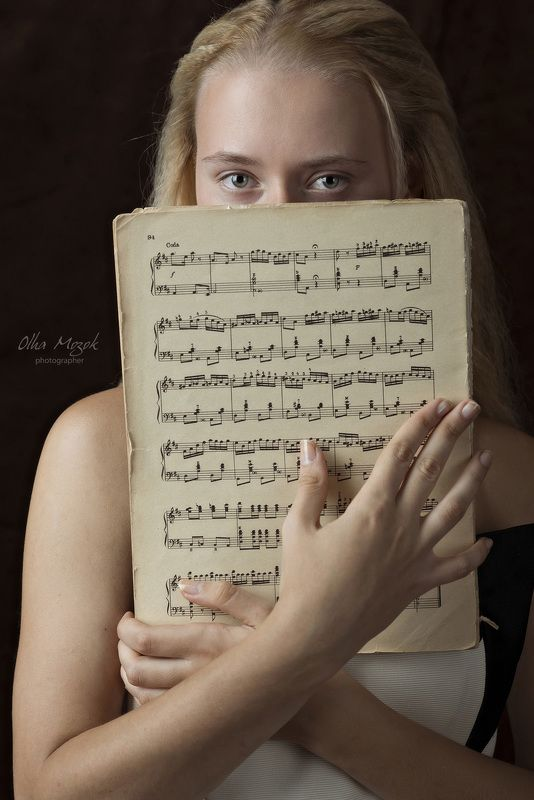 портрет, баян, девушка, лицо, глаза, руки, ноты, клавиши Валерияphoto preview