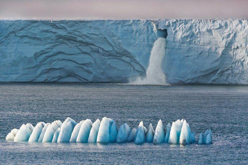 шпицберген, ледник, водопад, айсберг Таяние льдов Арктикиphoto preview