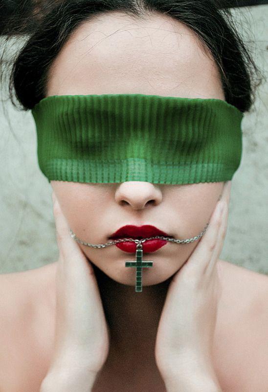 женский портрет, зеленый, красный, лицо, крест, мода, украшения, атмосфера Кристинаphoto preview