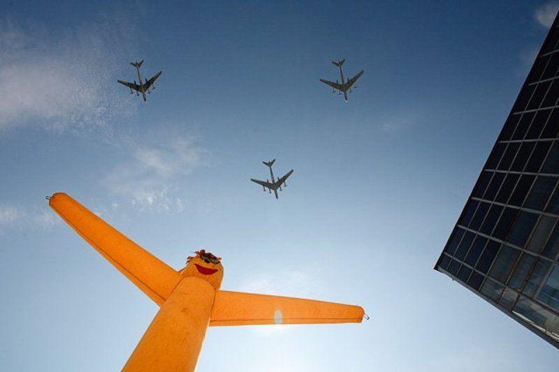 самолеты, полет, 9 мая Пролетают лётчики — привет Мальчишу!photo preview