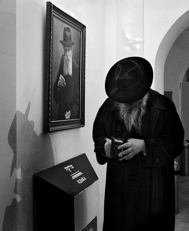 человек, портрет, борода, тень, шляпа, цдака (пожертвование) Двое в комнате...photo preview