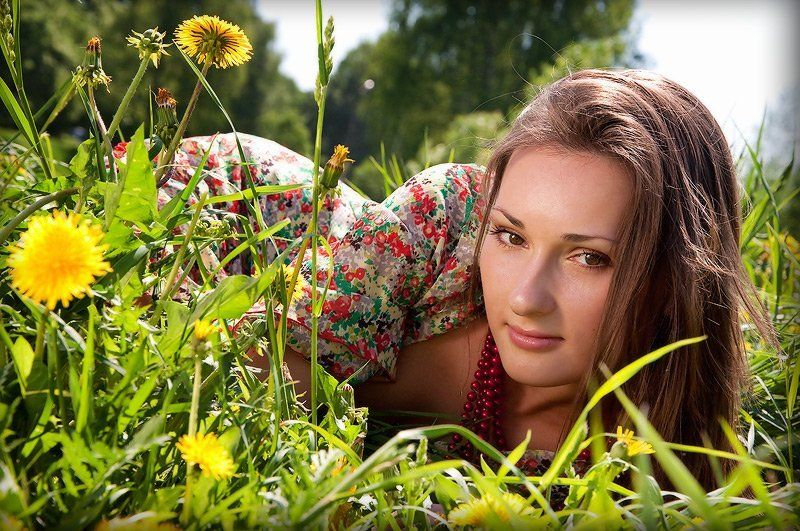 На свежей зелени лужайки,  умытой майскими дождями,  Возник откуда-то цветок...photo preview