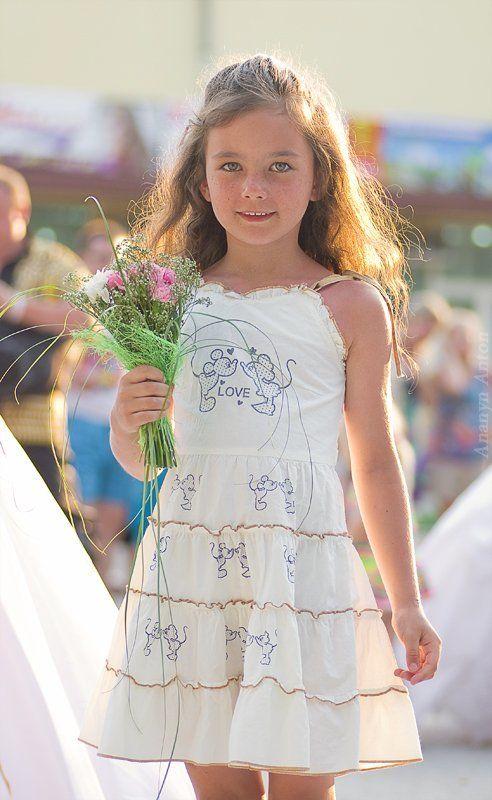 цветы, свадьба, дети у нее все впередиphoto preview