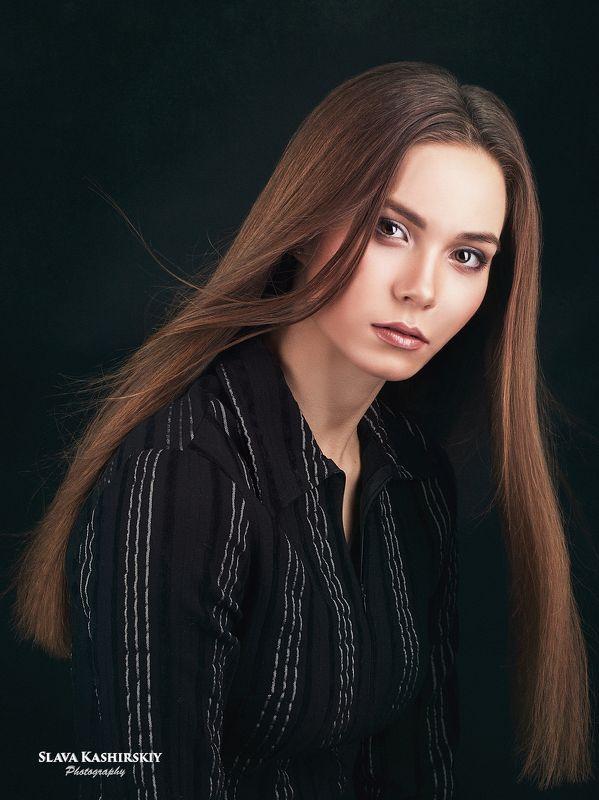 портрет девушки, черный фон, развевающиеся волосы Евгенияphoto preview