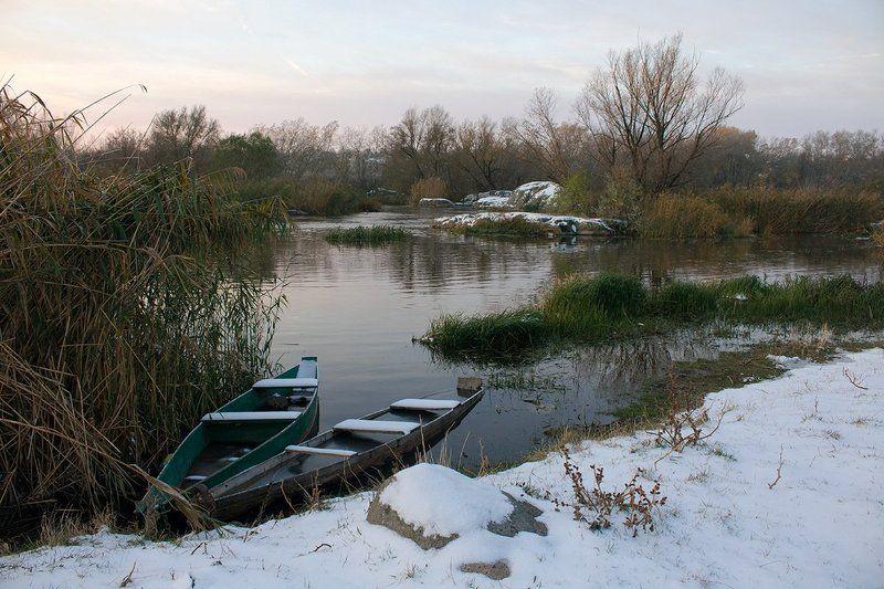 река. зима. лодки. В зимней гавани.photo preview