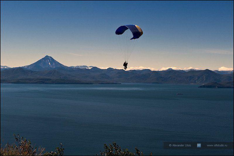 Камчатка, море, горы, параплан Над землейphoto preview