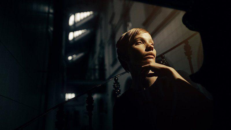 ретро веснушки девушка необычная интересная внешность вокзал желтый свет Юлия Лебедеваphoto preview