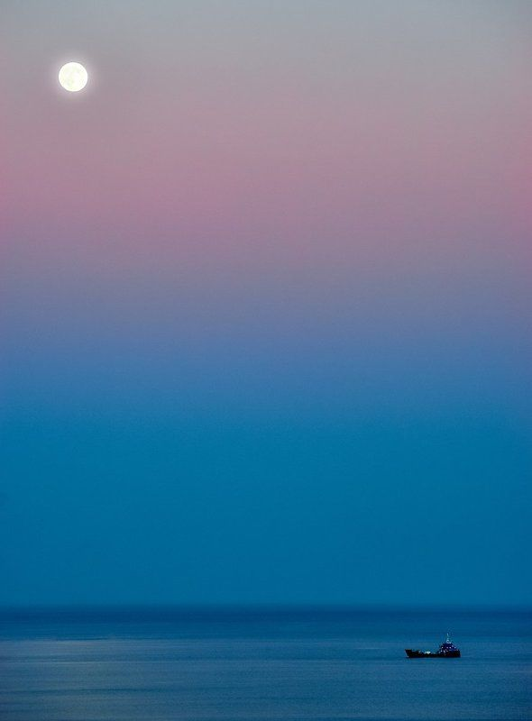 вечер, гамма, голубой, градиент, краски, розовый, луна, свет, цвет, небо, пароход, пейзаж, морское, море Под лунным светомphoto preview