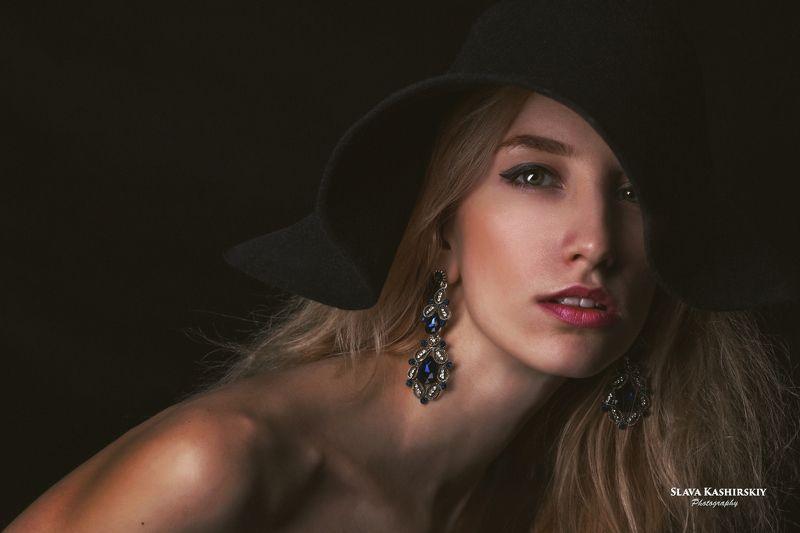 карина, портрет, шляпа, темный фон Каринаphoto preview