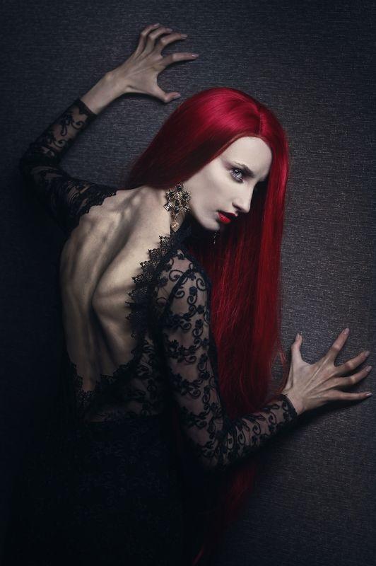 красные волосы, взгляд, черное Каринаphoto preview