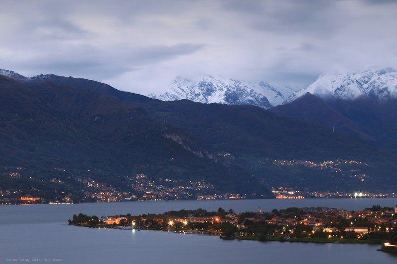Италия, Альпы, горы, снег, осень, Комо Вечерний приальпийский городокphoto preview