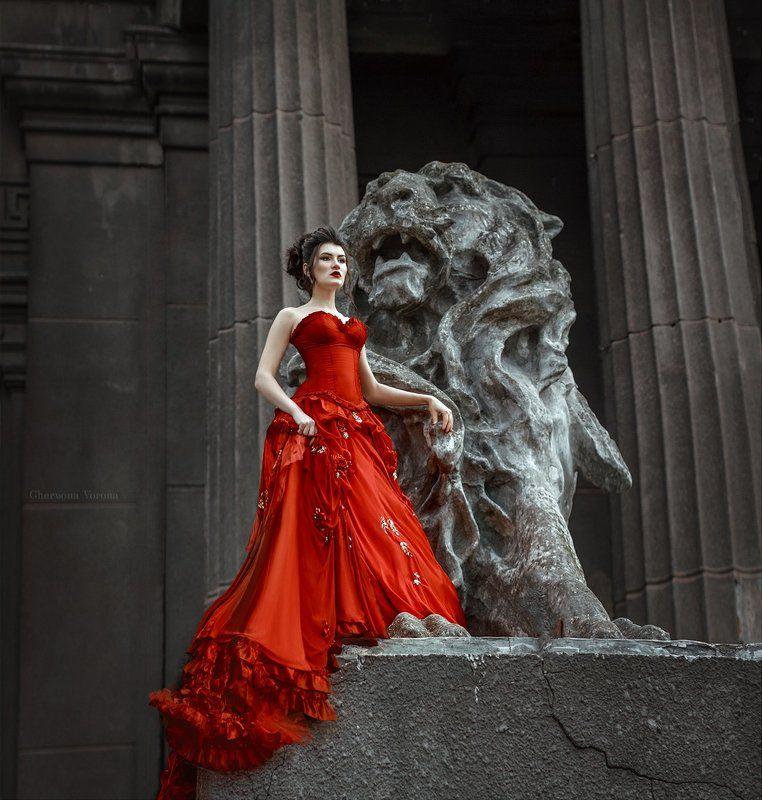 архитектура, лев, коллоны, модель, платье, красное, девушка, величественная, властная, красивая Властьphoto preview