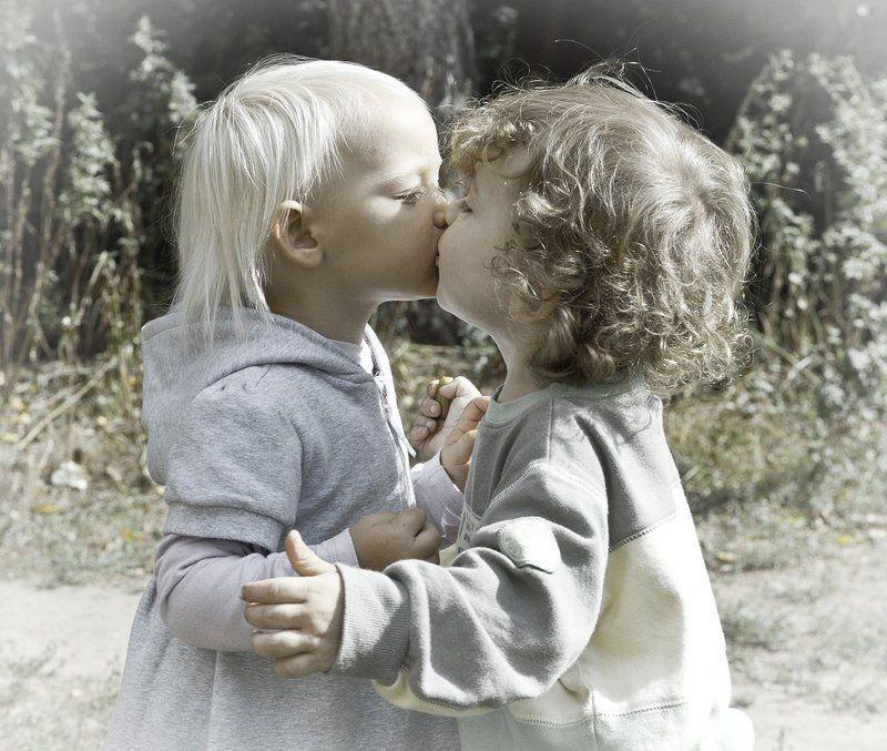 дети, поцелуй, марк, стефания Первый поцелуйphoto preview
