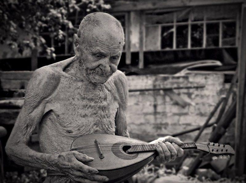 97 лет, жара, играет Эхо посленего аккордаphoto preview