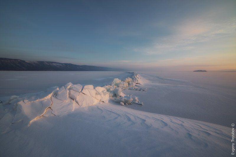 рассвет, байкал, февраль, трещина, снег, минимализм Становая трещина на рассвете недалеко от острова Борга-Даганphoto preview
