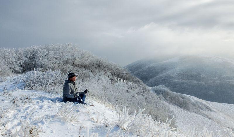 горы, деревья, зима, зимний пейзаж, иней, лед, лес, медитация, пейзаж, портрет, путешествия, снег, человек Медитация в горахphoto preview