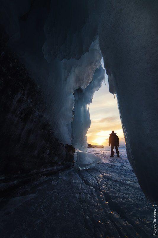 байкал, лед, пещера, фотограф, закат, снег, льдина В ледяном царстве Байкалаphoto preview