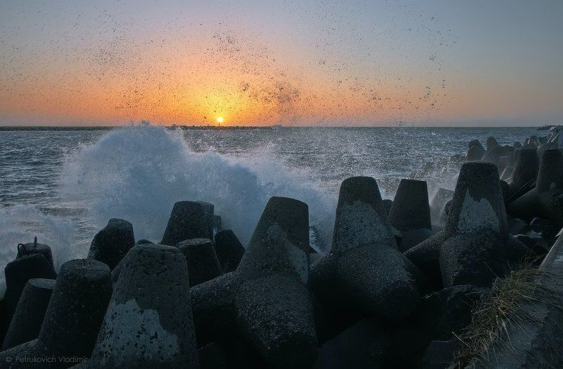 море, Балтийское море, закат, волна, брызги, тетраподы Брызги закатныеphoto preview