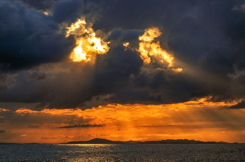 Облака, свет, море, Приморье, Приморский край Небесные глазницыphoto preview