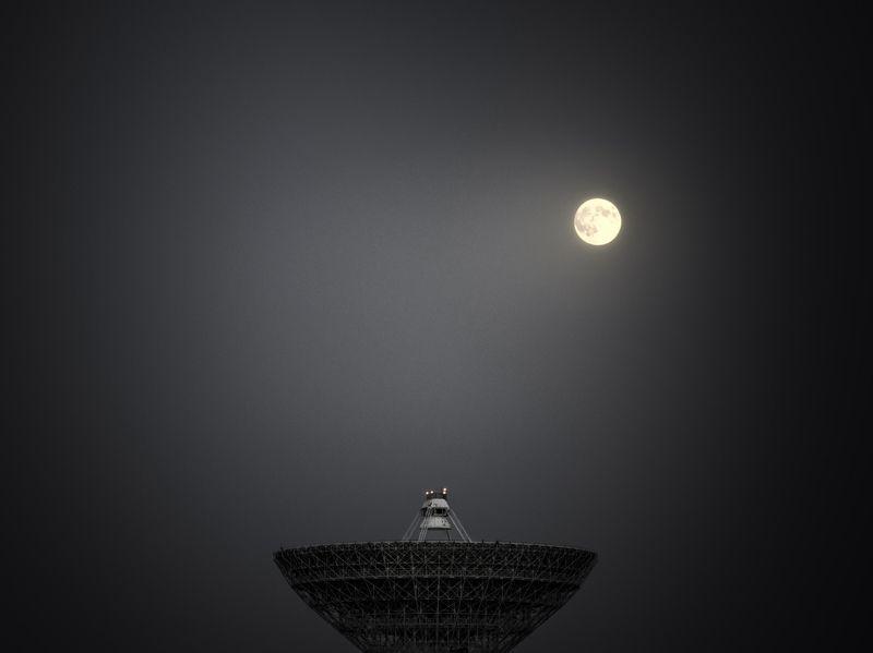 луна; антена; ночь; moon; antenna; night Hерасшифрованные сигналы с луныphoto preview