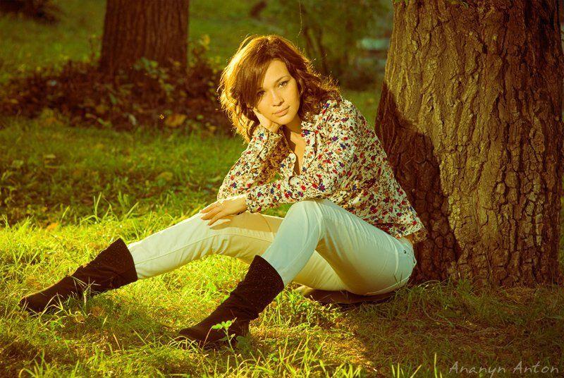 девушка, парк, грусть, задумчивость Задумаласьphoto preview