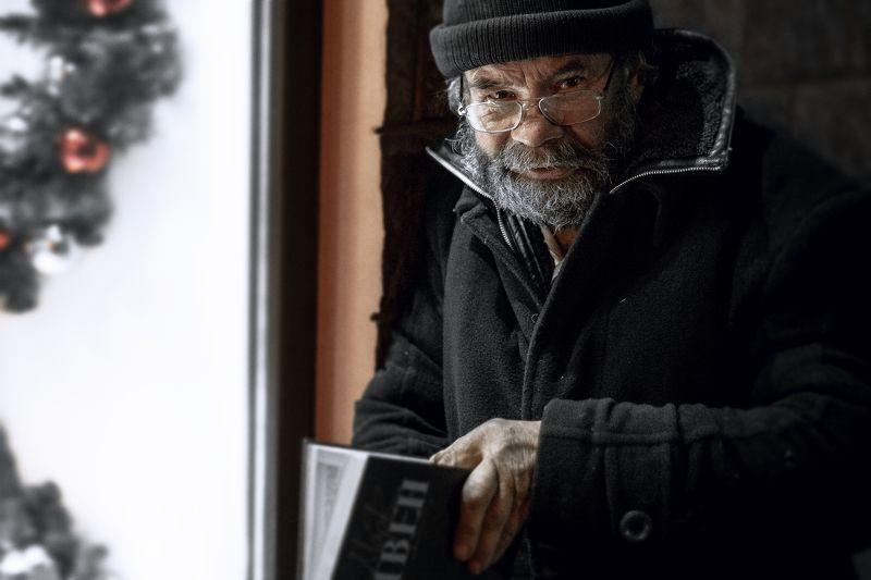 Старик с книгойphoto preview