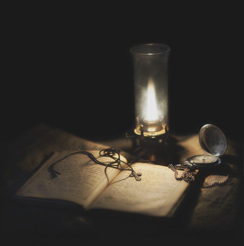 лампа, книга, крестик старая лампаphoto preview