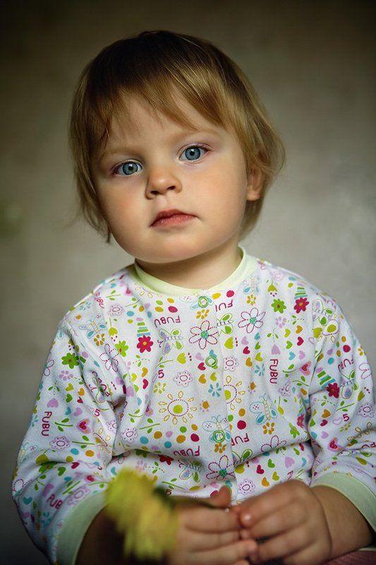 девочка с жёлтым цветкомphoto preview