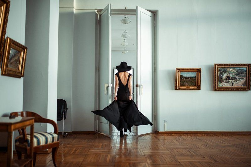 девушка, интерьер, платье, шляпа, спина, фигура, портрет Порывphoto preview