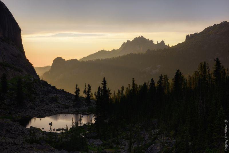 ергаки, природа, пейзаж, саяны, облака, горы, скалы, лето, сибирь, вечер, закат, небо, каменный замок, таежный глаз, красноярск, западные саяны Таежный глазphoto preview