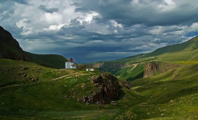кавказ, приэльбрусье, горы Дом на краюphoto preview