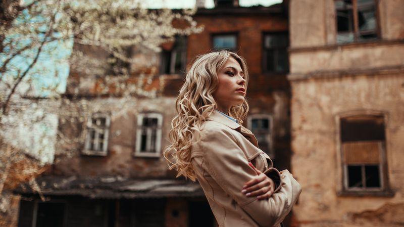 девушка, портрет, улица, двор, архитектура, винтаж Полинаphoto preview