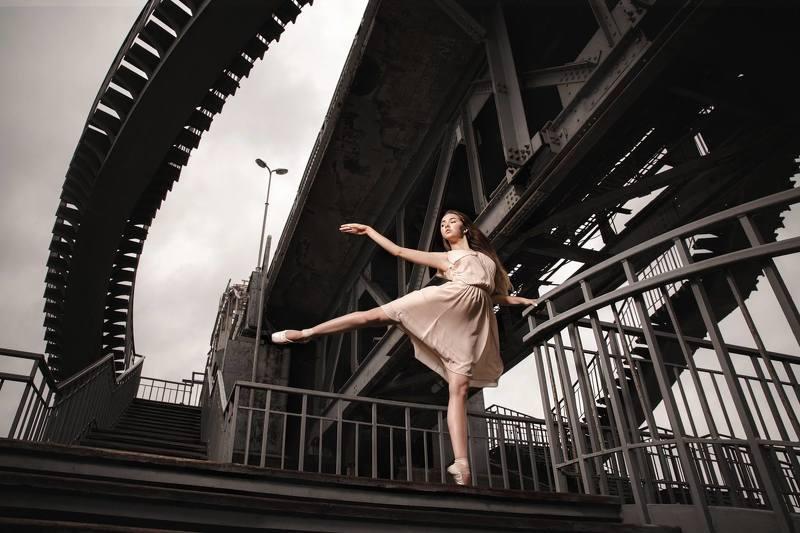 город, танец, танцовщица Город в танцеphoto preview