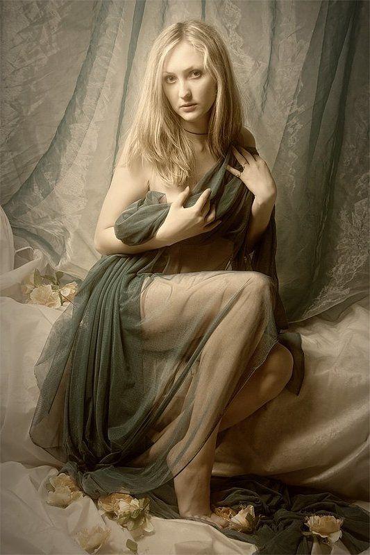 Портрет сидящей девушкиphoto preview