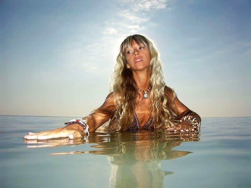 лето, море, девушка Морская гладьphoto preview