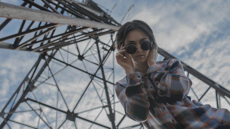 небо девушка железо очки moody woman sky Под железным деревомphoto preview