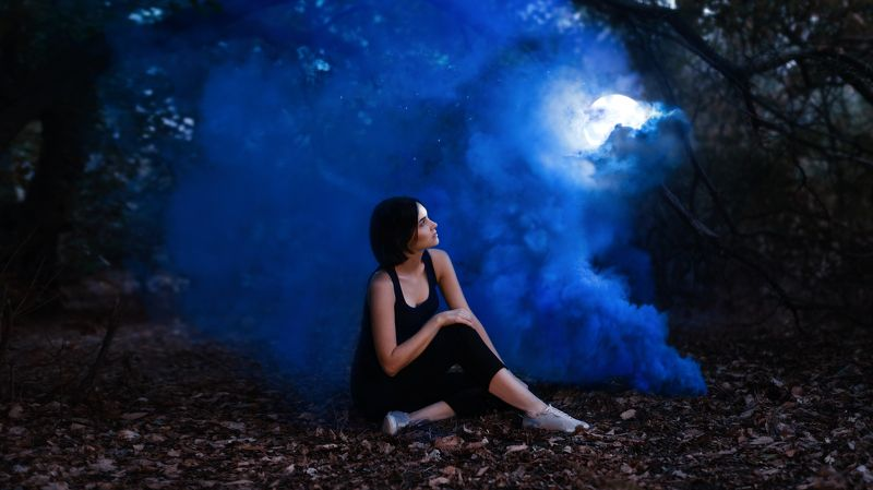 ночь луна девушка звезды цветной дым photo preview