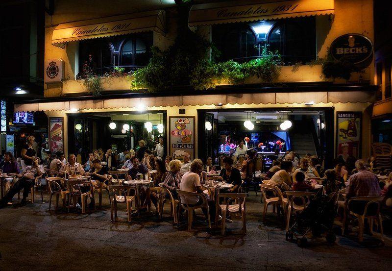 spain , catalunya , costa brava , llored de mar Вечернее кафе многолюдноphoto preview