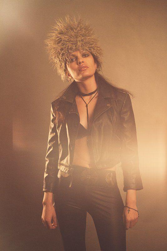 девушка, косуха, кожа, шапка Джолиphoto preview