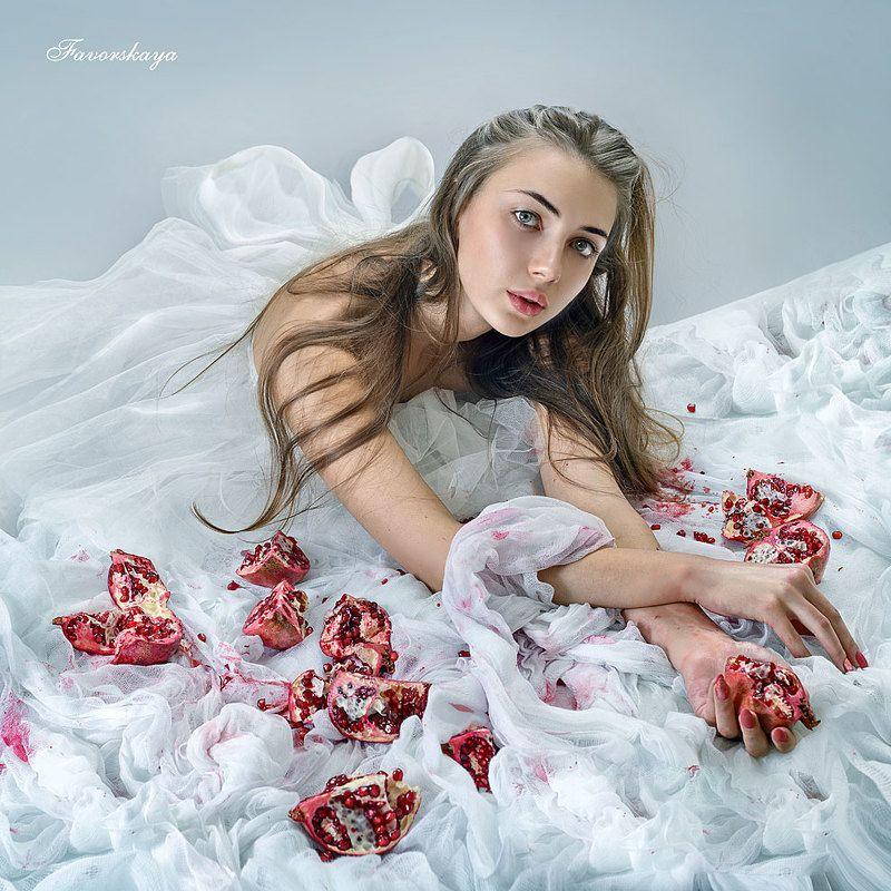 Девочка с гранатомphoto preview