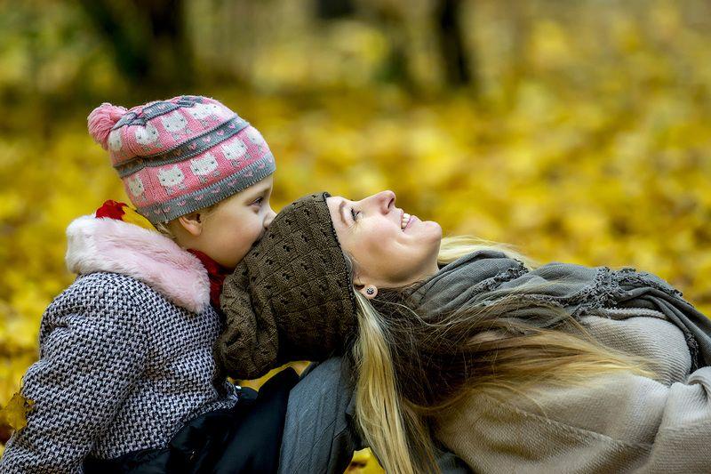 Мама с дочкой. Осенний этюд.photo preview