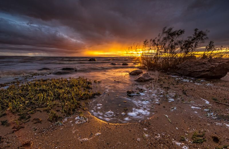 Закат, лучи, рыбинка, водохранилище, море, берег, волны Штормовой закатphoto preview