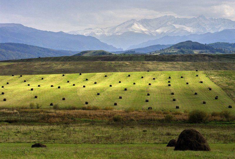 горы, поля, стога \