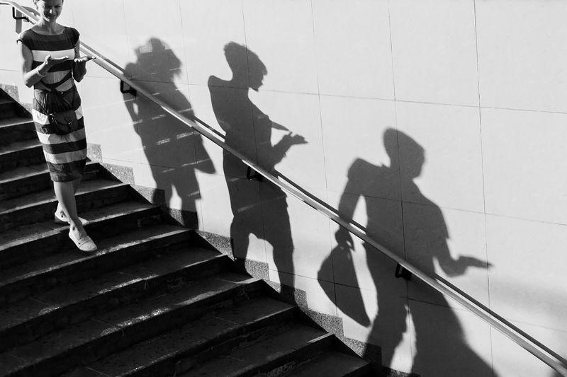 стрит, стрит фото, уличное, стрит-фотография, чб, черно-белое, черно-белое фото, тени, люди Троеphoto preview