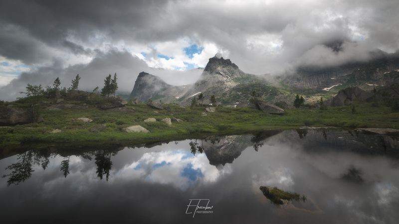 ергаки, озеро, погода, тучи, облака, лес, деревья, отражение, парабола, сибирь, красноярск, саяны, западный сан, горы Пасмурное утро на озере Ласточкаphoto preview