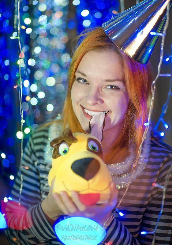 желтая собака наступаетphoto preview