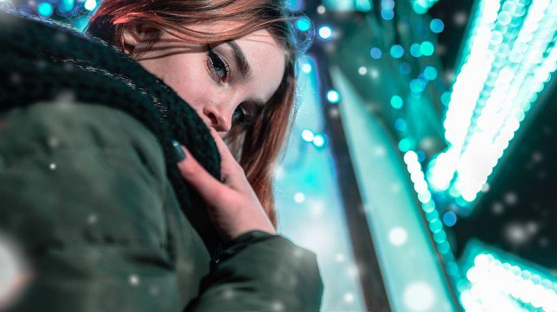 снег огни рыжая девушка холод глаза гирлянды  photo preview