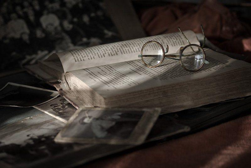 старые очки, старые книги, старые фото вне времениphoto preview