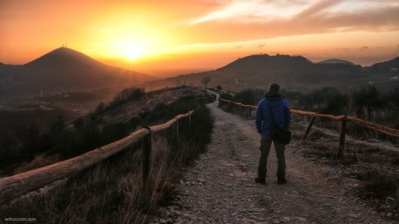 Наблюдая за закатом солнцаphoto preview